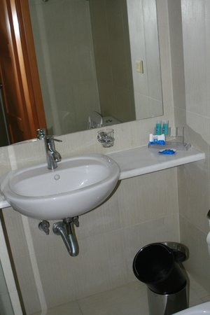 Plaka Hotel: bath