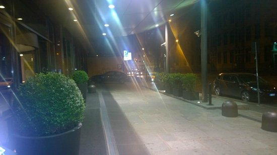 Hilton Milan: Front entrance of hotel