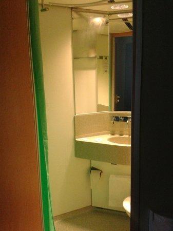 CABINN Metro: Titchy Bathroom