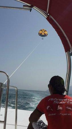 Le Meridien Al Aqah Beach Resort: Parasailing!