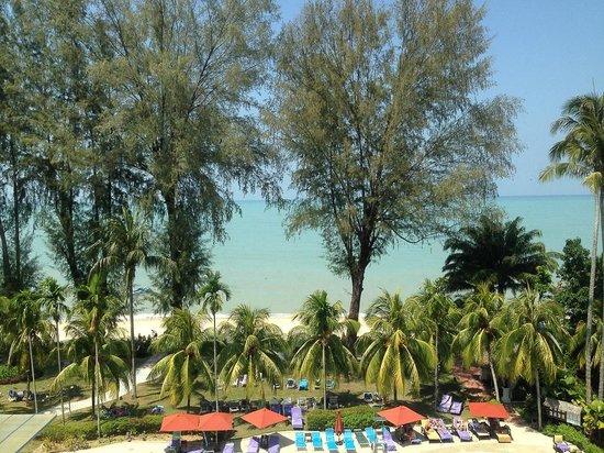 Holiday Inn Resort Penang : 飯店外就是白沙灘,真是度假天堂~