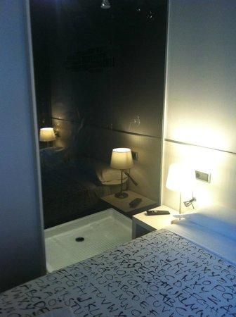 Hostal Q: Vista ducha desde habitación