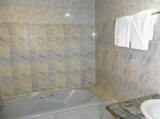 Manoluck Hotel: バスルーム