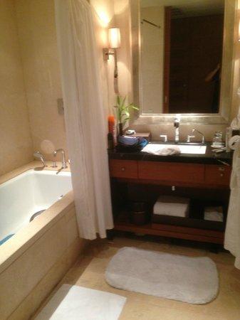 JinJiang Hotel : Bathroom.