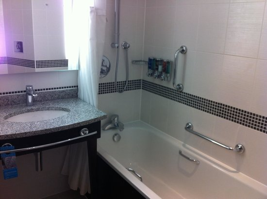 Hampton by Hilton Exeter Airport: Bathroom