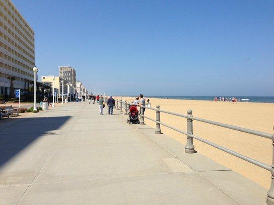 Virginia Beach Boardwalk: A clean, expansive boardwalk