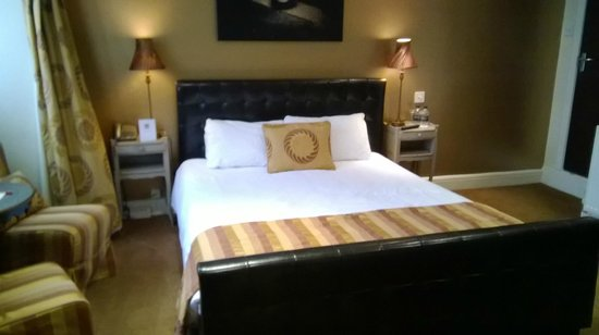 The Black Horse Inn: Bedroom in the champagne block