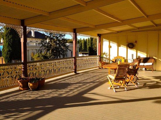 The Globe Inn: Great veranda with lot's of atmosphere.