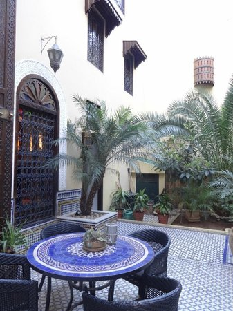 Riad Le Calife: Le calife courtyard and reception door