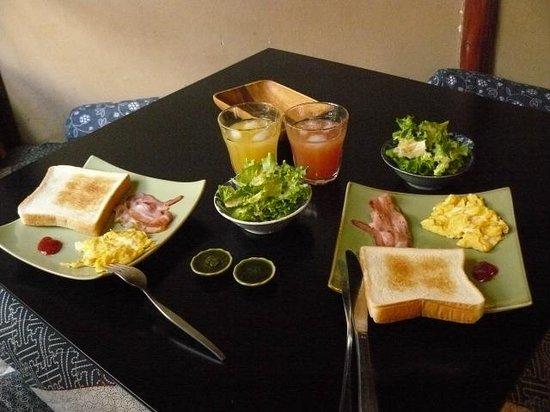 Guest House Waraku-an : 早餐,供香草醬配厚吐司,驚喜呢~