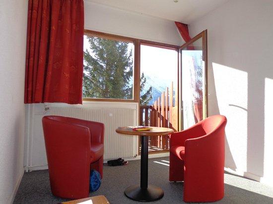 Village Cap'vacances L'Eau Rousse : Chambre avec petit salon