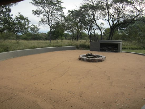 Jackalberry Lodge: Fire Pit- Dinner around it one night
