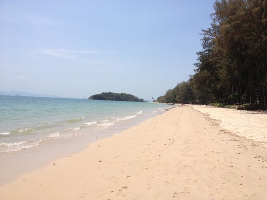 Beyond Resort Krabi: Stranden foran hotellet