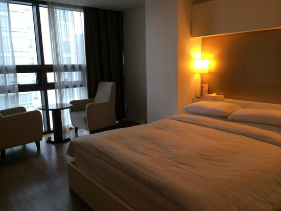 Sunset Business Hotel: queen size bed