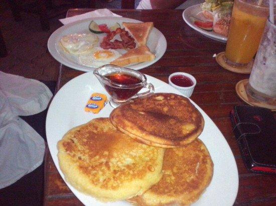 Alegria Cafe Lounge: Desayunando