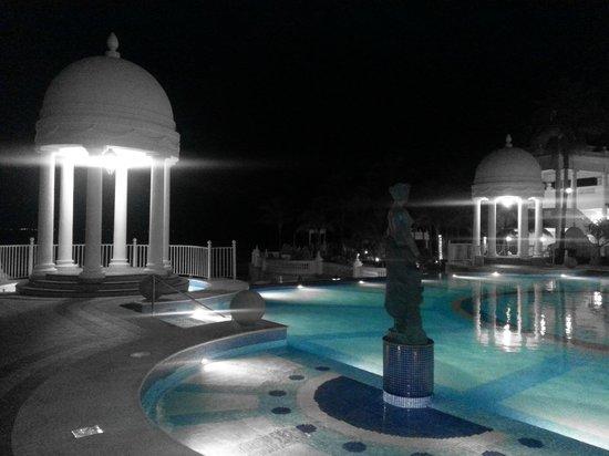 Hotel Riu Palace Las Americas: Área da Piscina, à noite.