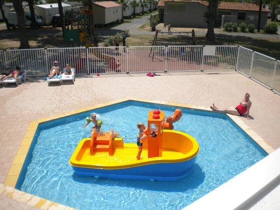 Piscine des petits avec bateau toboggan et jeux cracheur d for Camping belgique avec piscine