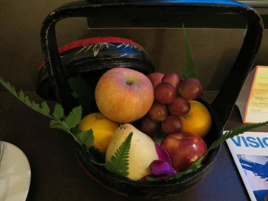 Sunway Putra Hotel : Our overflowing complimentary fruit basket