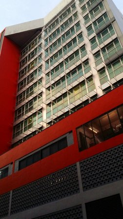 Bayview Hotel Singapore: Side view of Hotel