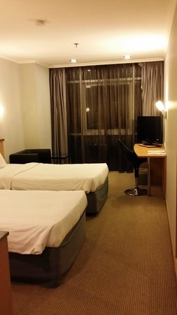 Bayview Hotel Singapore: Deluxe Twin Room - 12th Floor