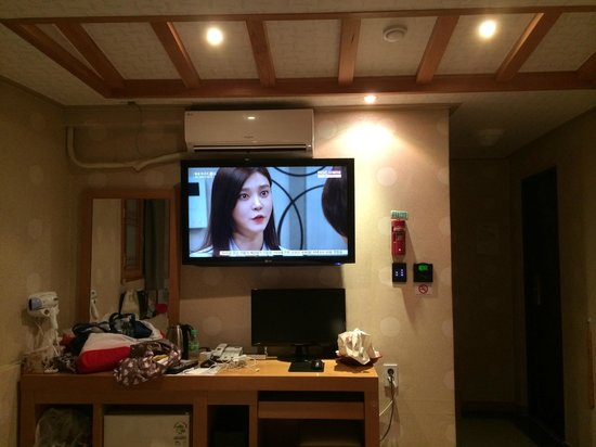 HOTEL GS: TV in the executive room, toilet is on the right hand side