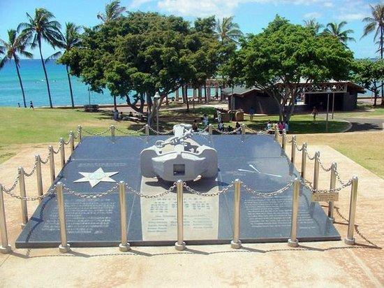 Kaka'ako Waterfront Park (Point Panic Beach Park): 実習船えひめ丸の慰霊碑。日本人として本当に悲しい事故でした。
