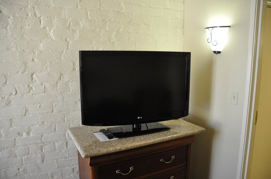 Country Inn & Suites By Carlson, New Orleans French Quarter : TV In Living Room Area