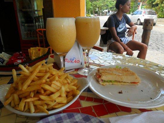 Sukao Bar : baguette submarino con papas y suco de siriguela y laranja con abacaxi