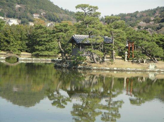 Yosuien : 守護神のある池の中の島