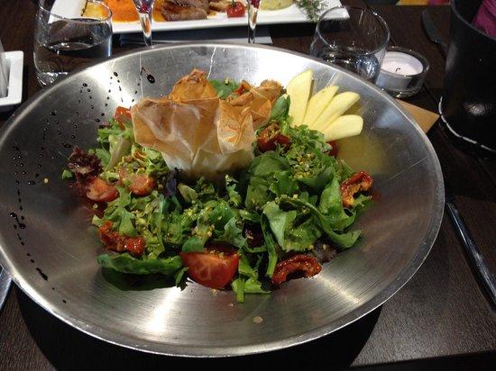 LE FLOWER : Salade avec bonbon chèvre-abricot, éclats de pistaches et tomates confites