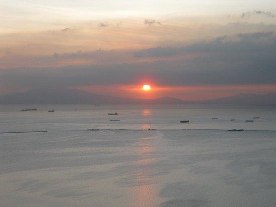 JMM Grand Suites: Sunset over Manila Bay