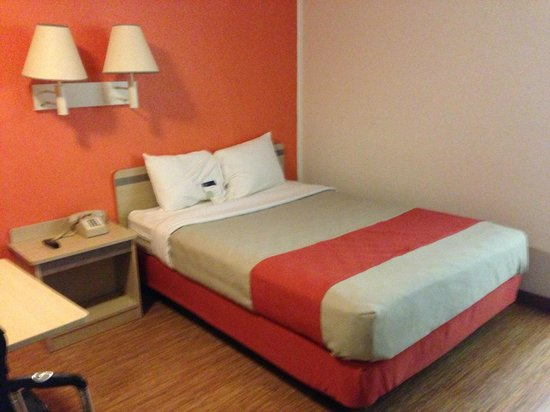 Motel 6 Russellville: Bed