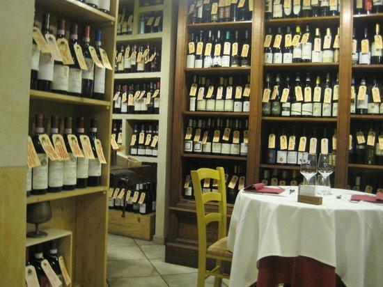 Enoteca Parlapa: Scaffali con bottiglie di vino