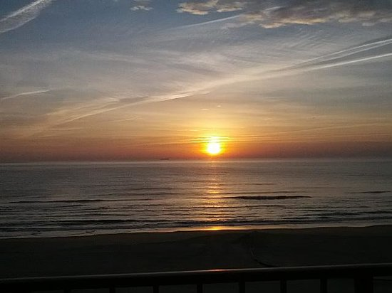 Ramada Virginia Beach Oceanfront : Sunrise from our balcony.