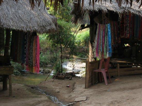 Long Neck Village : Wares display