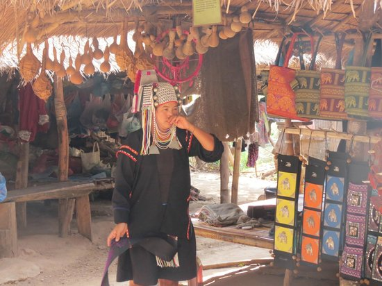 Long Neck Village : Handicraft display