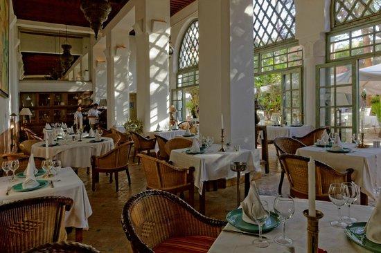 Les Jardins de la Medina: Salle de restaurant et sa terrasse dérrière les baies vitrées