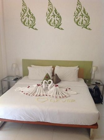Villa Langka: Towel swans and lovely scented jasmine