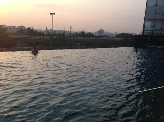 Sheraton Grand Bangalore Hotel at Brigade Gateway: Infinity Pool in the evening