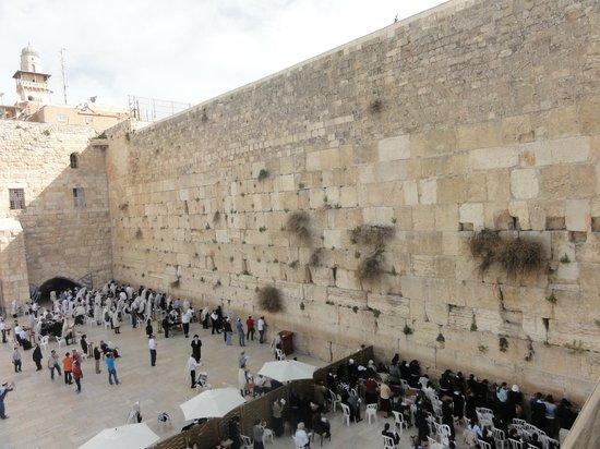 Mur des lamentations : Вид на Западную стену с мостика, ведущего на Храмовую гору
