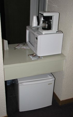Rodeway Inn Estes Park: Microwave sideways.  Fridge on floor