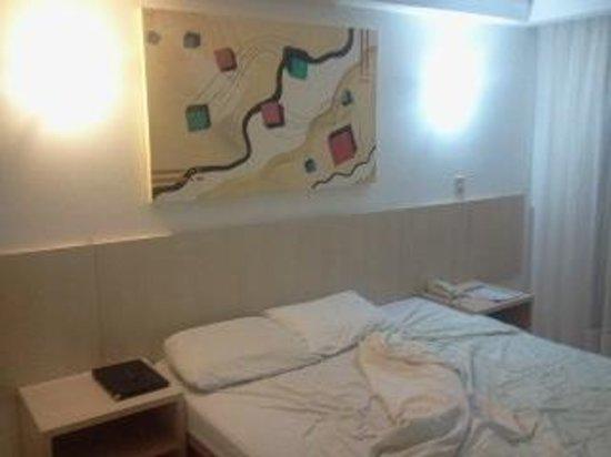 Bay Park Resort Hotel : Uma luz de cada cor na cabeceira