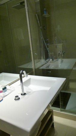 Lleo Hotel : salle de bain avec colonne de douche