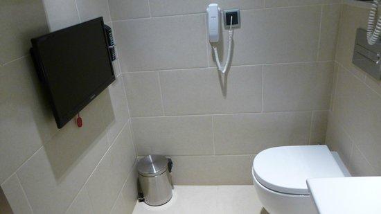 Lleo Hotel : TV en face des toilettes