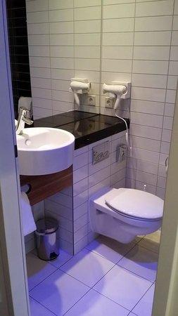 Holiday Inn Express Munich Airport: Toilet