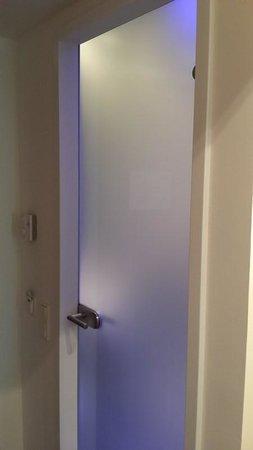 Holiday Inn Express Munich Airport: Bathroom Door
