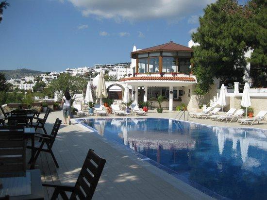 Hotel Manastir: Blick vom Pool zu Restaurant und Bar