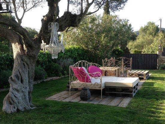 Hotel Can Casi: Piscina-jardín