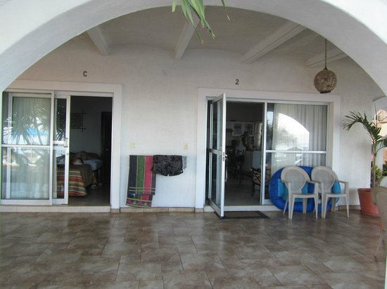 Los Picos Hotel & Suites: Out side sitting area with hanger to dry clothes