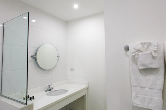 Liguanea Club: Jnr. Suite Bathroom